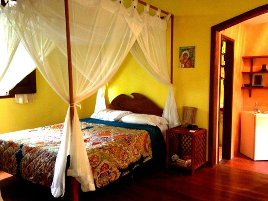 Pousada Anjali: The double bed with mosquito netting...