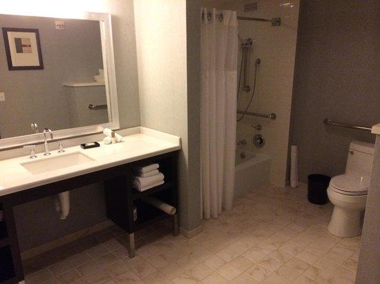 Hyatt Regency San Francisco Airport - Burlingame: Accessible bathroom, suite