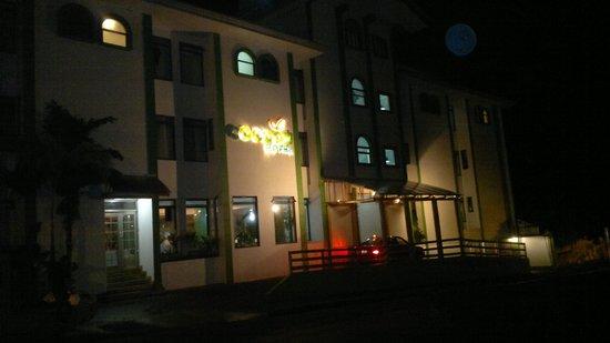 Cocoon Hotel : VISTA NOCTURNA DE LA ENTRADA PRINCIPAL