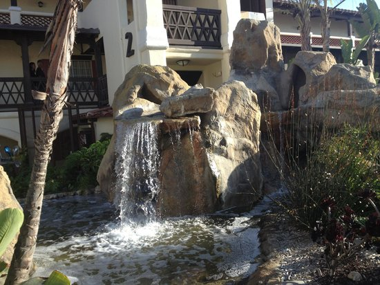 Embassy Suites by Hilton Mandalay Beach Resort: Waterfall