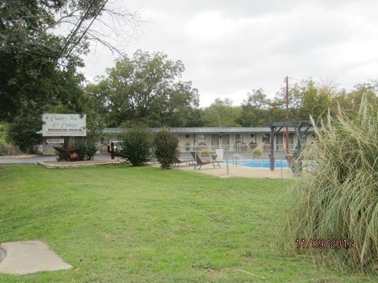 Country Inn & Cottages: Exterior view of the motel & swimming pool