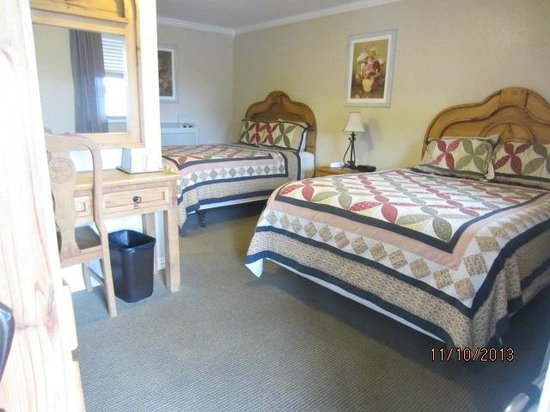 Country Inn & Cottages: Interior view of a typical room with 2 beds.