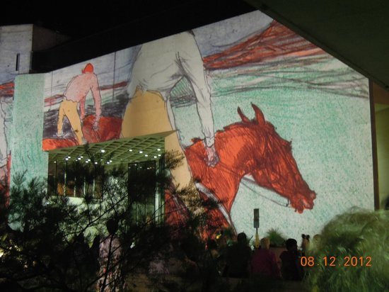 Galería Nacional de Australia: Gallery lit with Toulouse Le Trec images. Canberra centenary celebrations