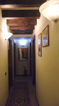 Ca' del Duca: Corredor que lleva a las habitaciones solo hay 5
