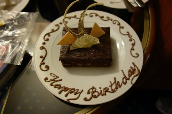 Hilton Hanoi Opera : Surprise birthday cake