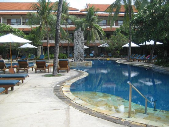 Bali Rani Hotel: Looking at room from other end