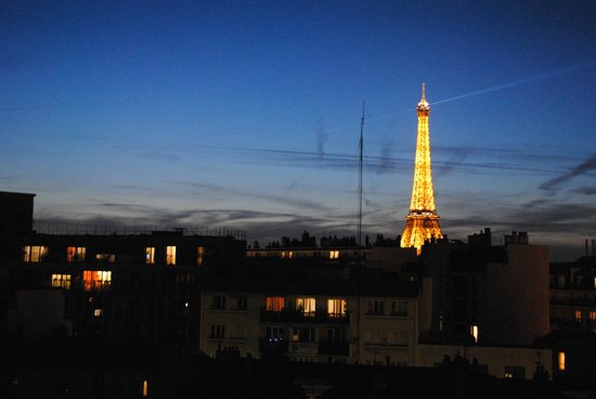 Ibis Tour Eiffel Cambronne : Waiting for the 11pm light show :)