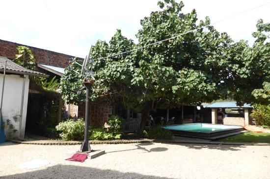 Kisangani, جمهورية الكونغو الديمقراطية: la piscine qui occupe le centre de l'hotel