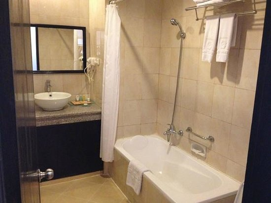 Puri Saron Seminyak : the bathroom