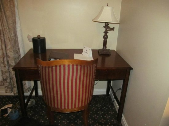 Peery Hotel: Cute Desk!