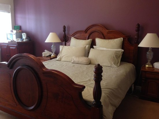 Lanterns Retreat: Nice large bedroom with table, chairs and tea/coffee facilities and fridge