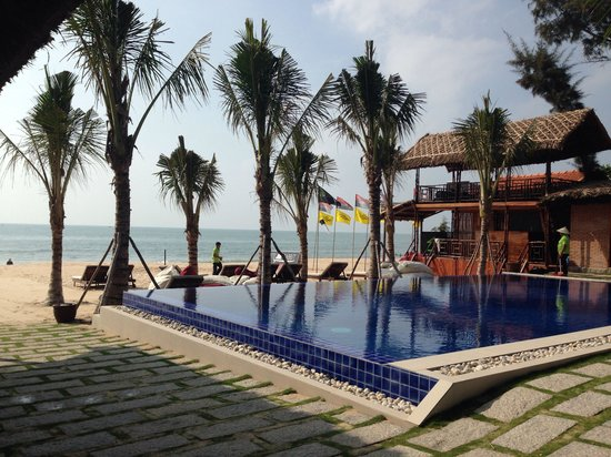 Ananda Resort: Pool and Beach Area! So nice!