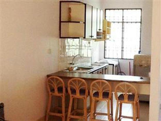 Bayu Emas Apartments : Kitchen
