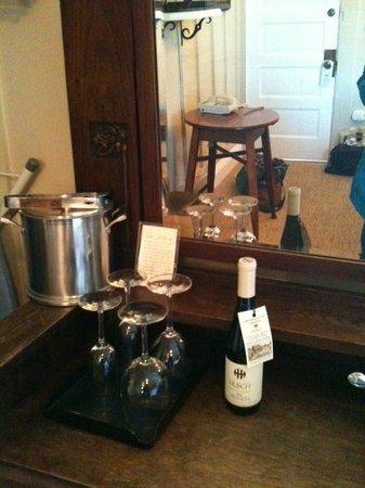 MacCallum House Inn: Complimentary local wine on dresser