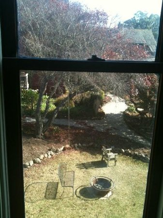 MacCallum House Inn: View of the garden from our room