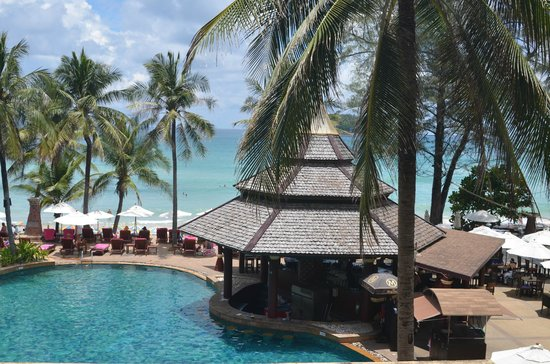 Kata Beach Resort and Spa: Pool, pool bar and beach during the day