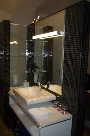 Bohem Art Hotel : Well configured vanity, great lighting