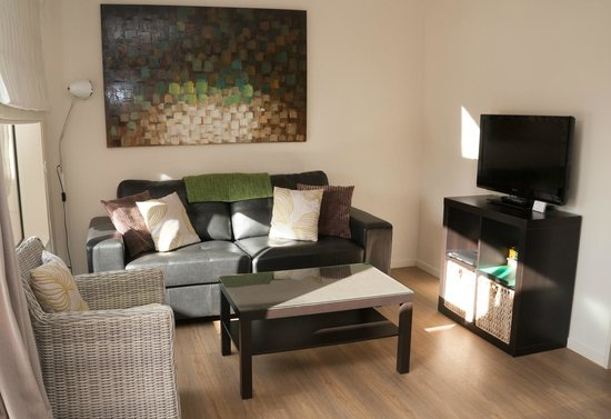 Teviot View Accommodation: lounge deluxe 1-bedroom unit