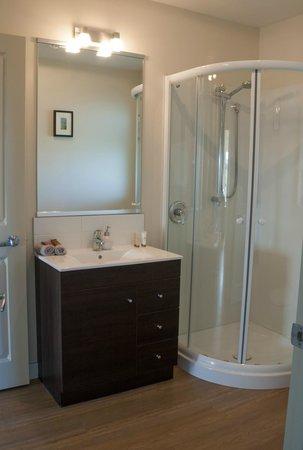Teviot View Accommodation: bathroom 2-bedroom unit