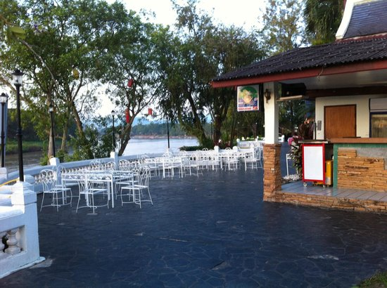 Wiang Indra Riverside Resort: Outdoor Cafe by the river