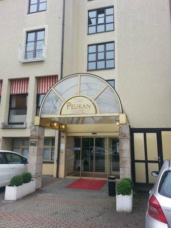 Hotel Pelikan: Hotel entrance at day