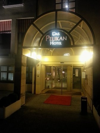 Hotel Pelikan: Hotel entrance at night