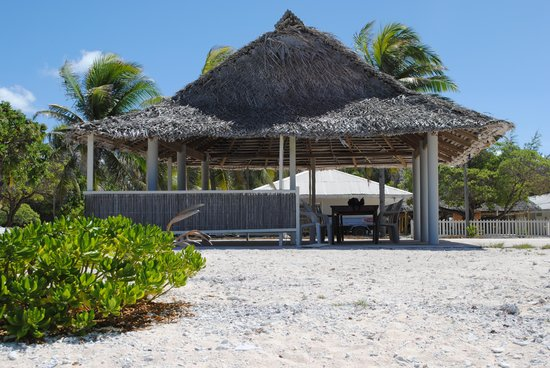 Captain Cook Hotel: front beach Maneaba
