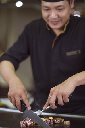 Nami Teppanyaki Steakhouse - at the JW Marriott Hotel Bangkok : Nami Chef knife skills