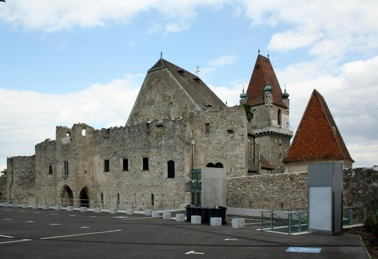 Burg Perchtoldsdorf : Big parking place