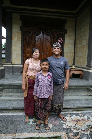 Alam Sari Homestays: Homestay family in front of guest room