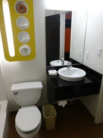 Motel 6 Los Angeles - Hollywood: bathroom