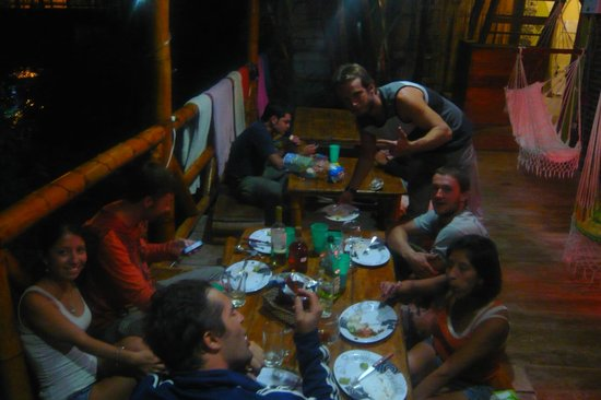 Iguana Backpackers Hostel: Poissons au bbq en commun au salon