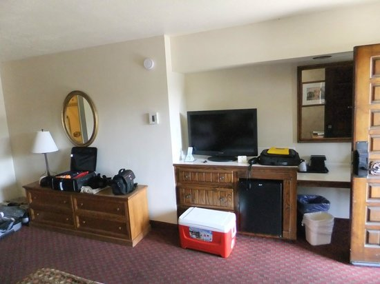 BEST WESTERN Casa Grande Inn: Our room (flatscreen tv with fridge underneath).