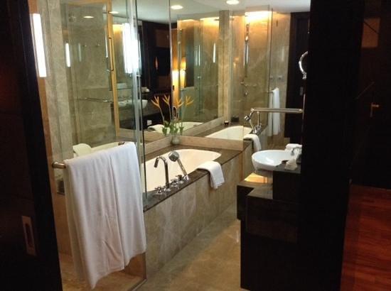 Anantara Riverside Bangkok Resort: salle de bain