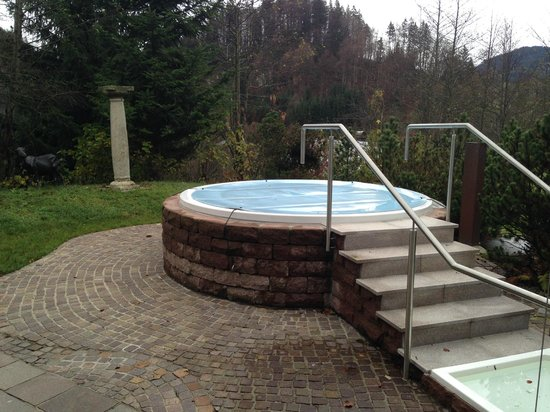 Alpenhotel Oberstdorf: Whirlpool outside