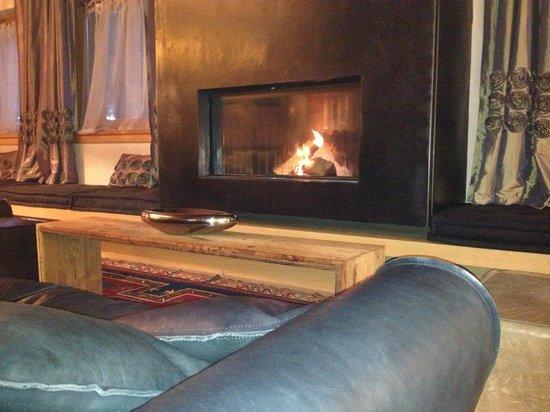 DV Chalet Boutique Hotel & Spa: Cozy Fireplace