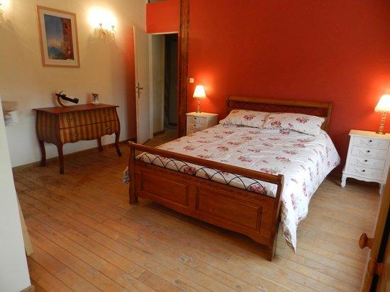 Le Grand Chemin De La Vie: The beautiful Burgundy room