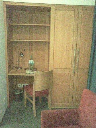 Novum Hotel Gates Berlin Charlottenburg : Schreibtisch und Kleiderschrank