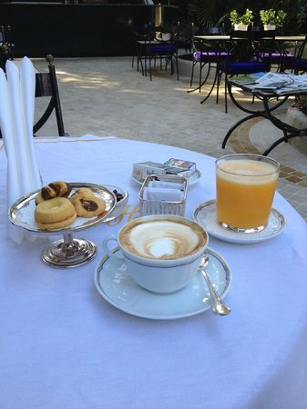 Aldrovandi Villa Borghese: capuccino & orange juice near the pool area