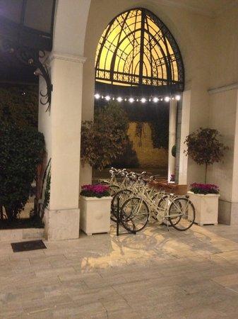 Aldrovandi Villa Borghese : Entrance and complimentary bikes