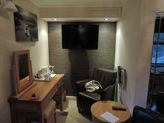 1863 Bar Bistro Rooms: A nice corner in the room for rest and TV viewing