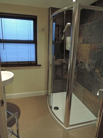 1863 Bar Bistro Rooms: nice ensuite shower area
