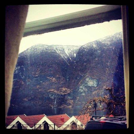 Vangsgaarden: Вид из окна... если приглядеться можно увидеть водопад)