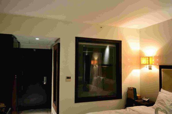 Royal Orchid Central Kireeti : Glass partition (can be closed) between room and bathroom w