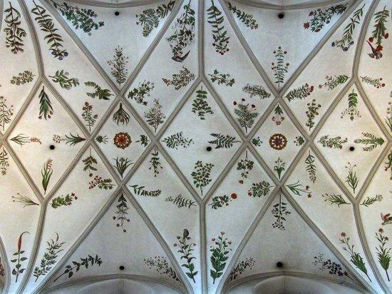 St. Michaelskirche: Fresken im Mittelschiff der Kirche