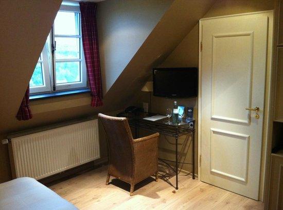 Coin TV et fenêtre en chambre mansardée - Picture of Chateau d ...
