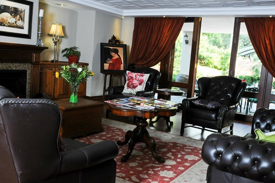 Candlewoods Guesthouse: Lounge with Fire place