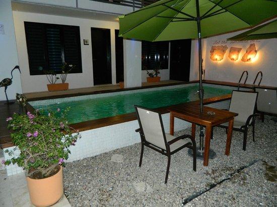 Hotel Casa Ticul : Pool area at night