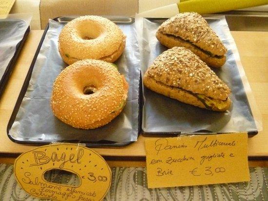 Rosticceria Santo Stefano : bagel con salmone affumicato formaggio fresco e cetriolo e pane multicereali con zucchine grigli