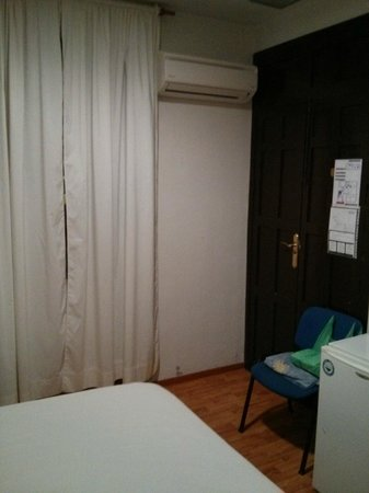 Arteaga Hostal : the room 3 (notice A/C)